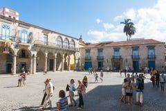 Τουρίστες στο τετράγωνο καθεδρικών ναών μια όμορφη ημέρα Παλαιά Αβάνα, στοκ εικόνες