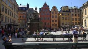 Τουρίστες στο τετράγωνο μπροστά από το μουσείο Νόμπελ σε Stocholm Χρονικό σφάλμα απόθεμα βίντεο