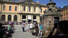 Τουρίστες στο τετράγωνο μπροστά από το μουσείο Νόμπελ στην παλαιά πόλη σε Stocholm φιλμ μικρού μήκους