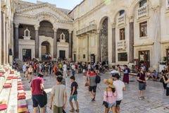 Τουρίστες στο τετραγωνικό Peristil στο παλάτι Diocletian ` s Στοκ Φωτογραφία