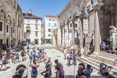 Τουρίστες στο τετραγωνικό Peristil στο παλάτι Diocletian ` s Στοκ Εικόνες