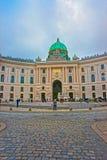 Τουρίστες στο φτερό Αγίου Michael του παλατιού Βιέννη Ευρώπη Hofburg στοκ εικόνα με δικαίωμα ελεύθερης χρήσης