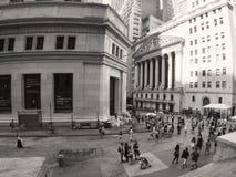Τουρίστες στο Χρηματιστήριο Αξιών της Νέας Υόρκης σε Γουώλ Στρητ σε νέο Yo Στοκ Εικόνες