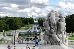 Τουρίστες enjoyin τα γλυπτά στο διάσημο πάρκο Frogner στο Όσλο στοκ φωτογραφία