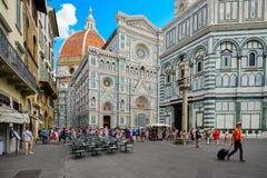 Τουρίστες Piazza del Duomo με μια άποψη του καθεδρικού ναού στη Φλωρεντία, Ιταλία στοκ φωτογραφία