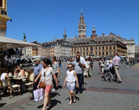 Τουρίστες Place du General De Gaulle στη Λίλλη, Γαλλία Στοκ Φωτογραφία