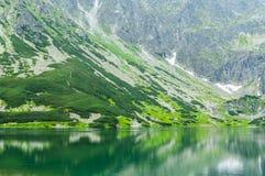 Τουρισμός σε στίλβωση βαθύ τοποθετημένο λίμνη tatra της Πολωνίας πάρκων βουνών εθνικό Στοκ Εικόνα