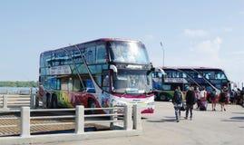 Τουριστηκά λεωφορεία και τουρίστες στην αποβάθρα Donsak, Σουράτ Thani, Ταϊλάνδη Στοκ εικόνα με δικαίωμα ελεύθερης χρήσης
