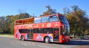 Τουριστηκό λεωφορείο επίσκεψης πόλεων στη Μόσχα Στοκ Φωτογραφία