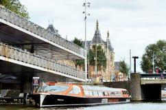 Τουριστική βάρκα σε ένα κανάλι στο Άμστερνταμ Στοκ Εικόνες