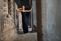 Τουριστικό αξιοθέατο της Καμπότζης Ευτυχής γυναίκα στο ναό Angkor Wat Στοκ Εικόνα