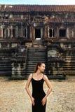 Τουριστικό αξιοθέατο της Καμπότζης Ευτυχής γυναίκα στο ναό Angkor Wat Στοκ Εικόνες