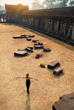 Τουριστικό αξιοθέατο της Καμπότζης Ευτυχής γυναίκα στο ναό Angkor Wat Στοκ εικόνα με δικαίωμα ελεύθερης χρήσης