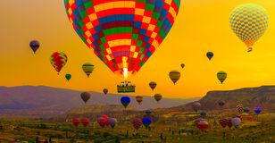 τουριστικό αξιοθέατο Cappadocia - μπαλόνια ζεστού αέρα που προσγειώνονται στο α στοκ φωτογραφίες