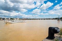 Τουριστικό πορθμείο που πλέει με τον ποταμό Garonne στο Μπορντώ στοκ φωτογραφία με δικαίωμα ελεύθερης χρήσης