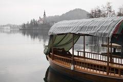 Τουριστικό ταξίδι βαρκών στο θαυμάσιο νησί στη λίμνη που αιμορραγείται στο χειμώνα Στοκ φωτογραφία με δικαίωμα ελεύθερης χρήσης