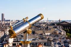 Τουριστικό τηλεσκόπιο που αγνοεί το Παρίσι από τη στέγη Printemps Στοκ Εικόνα