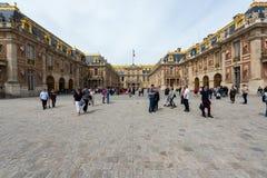 Τουριστών βασιλικός πύργος των Βερσαλλιών παλατιών επίσκεψης διάσημος Το παλάτι Βερσαλλίες είναι διάσημο μέρος στη Γαλλία Στοκ εικόνα με δικαίωμα ελεύθερης χρήσης