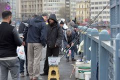 Τουρκία, Ιστανμπούλ, 14.03.2018 ψαράδες στη γέφυρα Ghatat πέρα από το Bosphorus Στοκ εικόνα με δικαίωμα ελεύθερης χρήσης