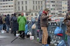 Τουρκία, Ιστανμπούλ, 14.03.2018 ψαράδες στο acro γεφυρών Ghatat Στοκ Εικόνες