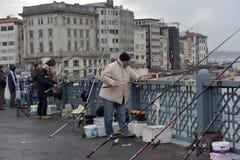 Τουρκία, Ιστανμπούλ, 14.03.2018 ψαράδες στο acro γεφυρών Ghatat Στοκ Φωτογραφίες