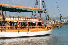 Τουρκία, Alanya - 27 Ιουλίου 2010: Βάρκα με τους τουρίστες στην μπλε θάλασσα νερού στην Τουρκία, Alanya Στοκ Φωτογραφία