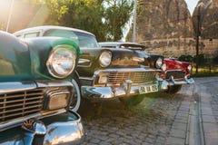 Τουρκία, Cappadocia, Goreme, στις 12 Ιουνίου 2017: Όμορφα αναδρομικά αυτοκίνητα στην έκθεση στο υπόβαθρο των βουνών Στοκ Φωτογραφία