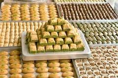 Τουρκικά γλυκά στα πιάτα στοκ εικόνες