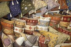 Τουρκικά παραδοσιακά μαξιλάρια σε μεγάλο Bazaar στη Ιστανμπούλ, Τουρκία στοκ εικόνα με δικαίωμα ελεύθερης χρήσης