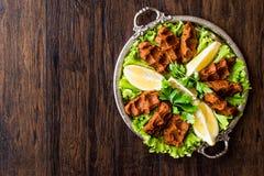 Τουρκικά τρόφιμα Cig Kofte με το λεμόνι, το μαρούλι και το μαϊντανό στον ασημένιο δίσκο στοκ φωτογραφία με δικαίωμα ελεύθερης χρήσης