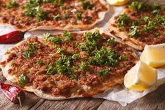 Τουρκικά τρόφιμα: lahmacun κινηματογράφηση σε πρώτο πλάνο σε έναν πίνακα οριζόντιος στοκ φωτογραφίες