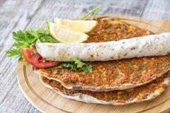 Τουρκικά τρόφιμα  Lahmacun στοκ εικόνα με δικαίωμα ελεύθερης χρήσης