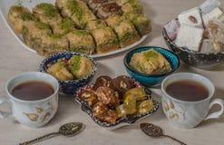 Τουρκικά baklava και τσάι απόλαυσης στοκ φωτογραφία