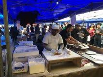 Τουρκικά Cook προετοιμάζουν Gozleme στη γαλλική αγορά Λα Cigala Στοκ εικόνες με δικαίωμα ελεύθερης χρήσης