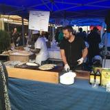Τουρκικά Cook προετοιμάζουν Gozleme στη γαλλική αγορά Λα Cigala Στοκ φωτογραφία με δικαίωμα ελεύθερης χρήσης