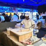 Τουρκικά Cook προετοιμάζουν Gozleme στη γαλλική αγορά Λα Cigala Στοκ Φωτογραφία