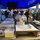 Τουρκικά Cook προετοιμάζουν Gozleme στη γαλλική αγορά Λα Cigala Στοκ Φωτογραφίες