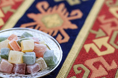 Τουρκικές απολαύσεις στο πιάτο στον παραδοσιακό τουρκικό τάπητα Στοκ Εικόνες