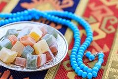 Τουρκικές απολαύσεις στο πιάτο στον παραδοσιακό τουρκικό τάπητα Στοκ φωτογραφία με δικαίωμα ελεύθερης χρήσης