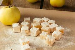 Τουρκική απόλαυση και μήλο στο μαγείρεμα του εγγράφου Στοκ Εικόνα