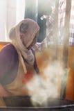 Τουρκική γυναίκα που μαγειρεύει τα παραδοσιακά τρόφιμα σε bazaar Στοκ Εικόνες