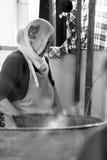 Τουρκική γυναίκα που μαγειρεύει τα παραδοσιακά τρόφιμα Στοκ φωτογραφία με δικαίωμα ελεύθερης χρήσης
