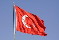 Τουρκική εθνική σημαία ενάντια στον ουρανό στοκ εικόνα με δικαίωμα ελεύθερης χρήσης