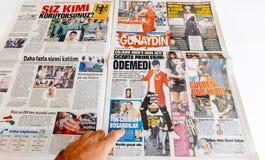 Τουρκική εφημερίδα Sabah ανάγνωσης ατόμων για την ψυχαγωγία και τη ζωή Στοκ φωτογραφία με δικαίωμα ελεύθερης χρήσης