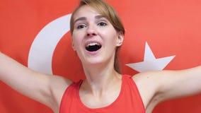 Τουρκική νέα γυναίκα που γιορτάζει κρατώντας τη σημαία της Τουρκίας σε σε αργή κίνηση απόθεμα βίντεο
