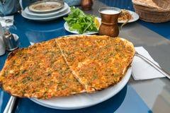 Τουρκική πίτσα Lahmacun στον πίνακα με το ayran στοκ εικόνα με δικαίωμα ελεύθερης χρήσης