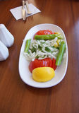 Τουρκική σαλάτα των κρεμμυδιών, των ντοματών και των πράσινων πιπεριών Στοκ Φωτογραφία