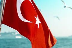 Τουρκική σημαία με seascape το υπόβαθρο Στοκ φωτογραφία με δικαίωμα ελεύθερης χρήσης
