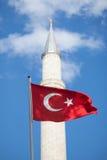 Τουρκική σημαία μπροστά από το μιναρές στοκ φωτογραφία