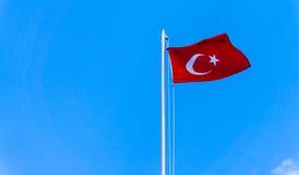 Τουρκική σημαία που κυματίζει στο μπλε ουρανό Στοκ Φωτογραφία